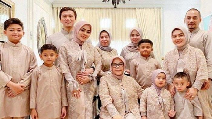 Design Baju Lebaran Keluarga Tahun 2019 9fdy Lebaran Pertama Reino Barack & Syahrini Sebagai Suami