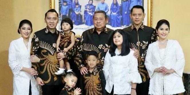 Design Baju Lebaran Keluarga Tahun 2019 X8d1 Adu Gaya Busana Lebaran Keluarga Sby Dan Jokowi