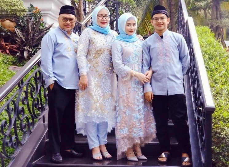 Design Baju Lebaran Prilly Latuconsina Budm 6 Potret Kompak Keluarga Artis Pakai Baju Kembaran Saat