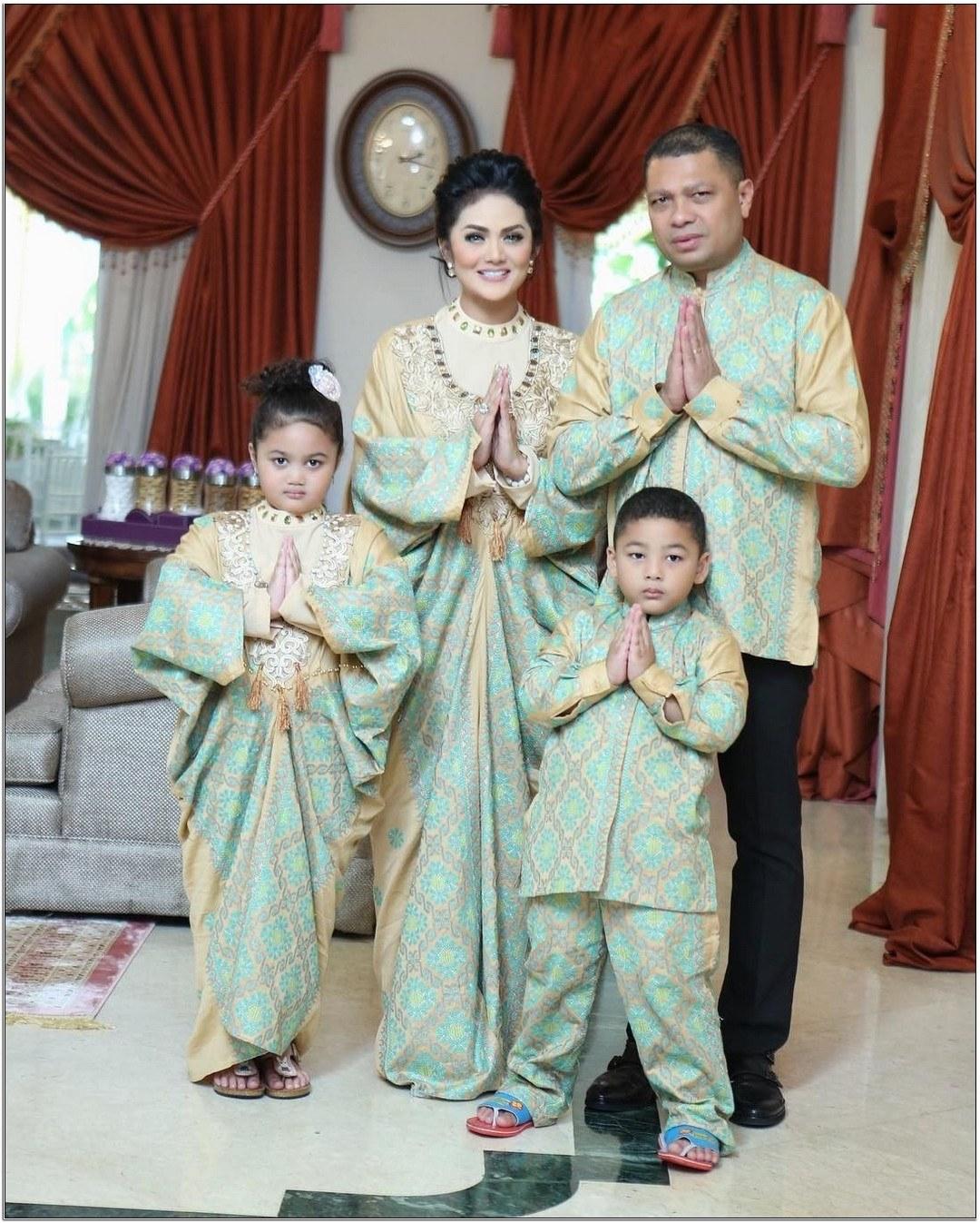 Ide Baju Lebaran Keluarga Artis E9dx Model Baju Seragam Lebaran Artis