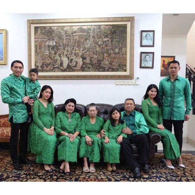 Ide Baju Lebaran Keluarga Besar Tldn 5 Potret Seragaman Baju Lebaran Sekeluarga Ala Seleb