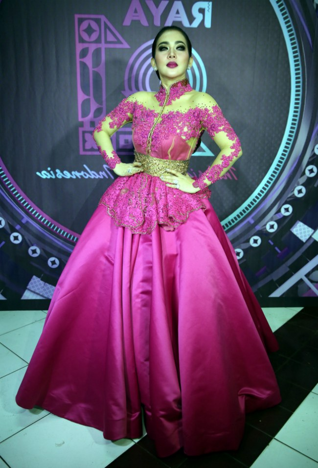 Ide Baju Lebaran Syahrini E6d5 10 Model Baju Lebaran Syahrini Glamour Dan Elegan