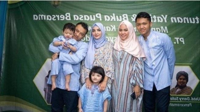 Inspirasi Baju Lebaran Keluarga Anang ashanty E9dx Contek Gaya 4 Seleb Yang Kompak Pakai Baju Lebaran Seragam