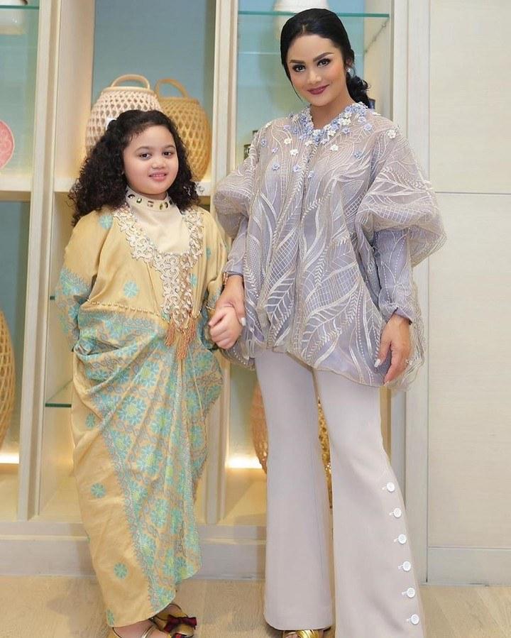Inspirasi Baju Lebaran Untuk Anak Anak Q0d4 6 Inspirasi Model Busana Anak Artis Untuk Baju Lebaran Si