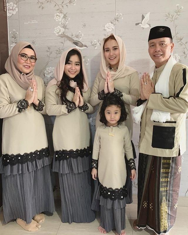 Inspirasi Model Baju Lebaran Ayu Ting Ting Irdz Gaya Baju Lebaran Mewah Dan Mahal Para Artis Indonesia
