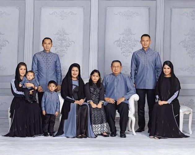 Model Baju Lebaran Keluarga Sby S1du Punya 3 Cucu Ini Foto Foto Sempurna Keluarga Sby Sambut