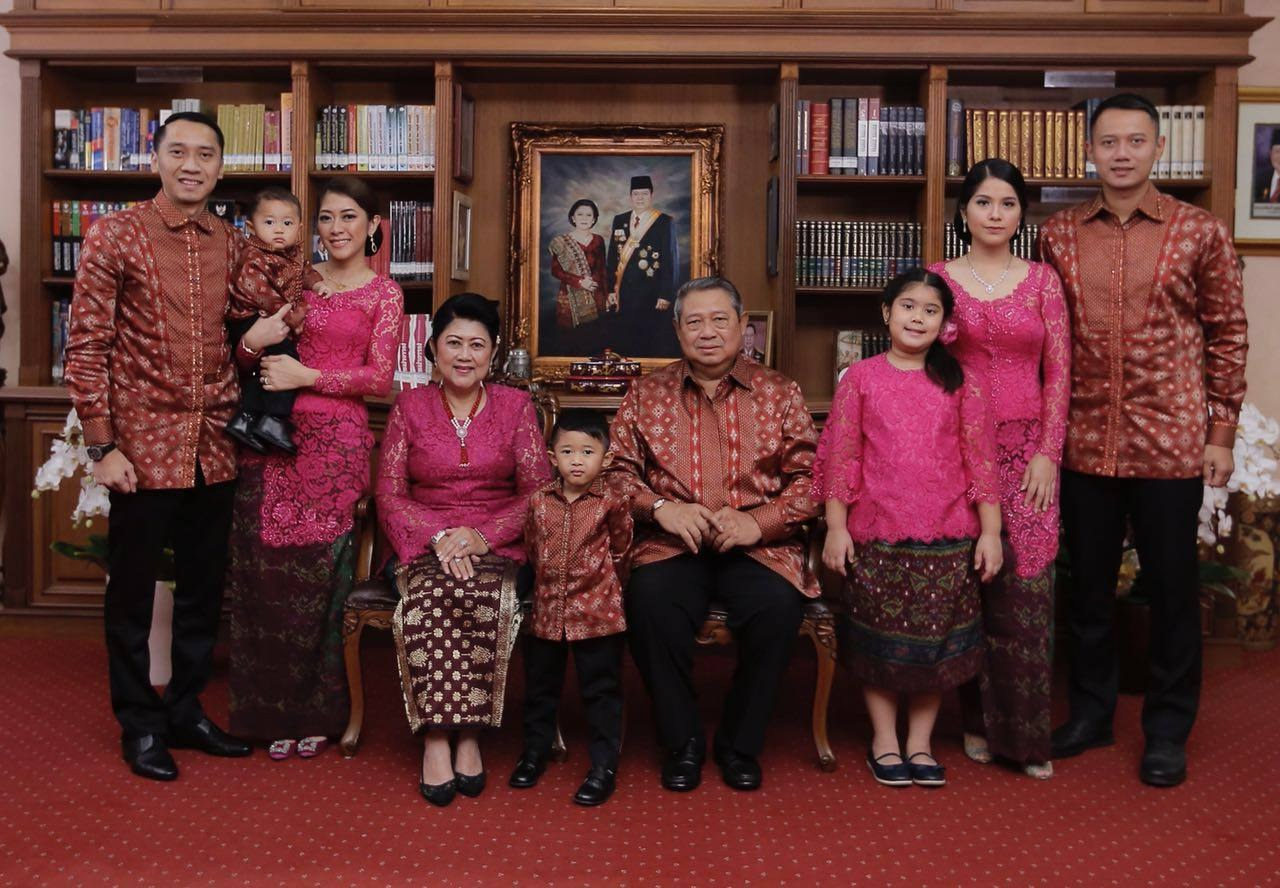 Model Baju Lebaran Keluarga Sby Tldn Seragam Lebaran Ala Keluarga Sby Merahputih