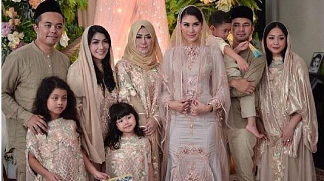 Model Baju Lebaran Seragam Keluarga Ffdn Contek Gaya 4 Seleb Yang Kompak Pakai Baju Lebaran Seragam