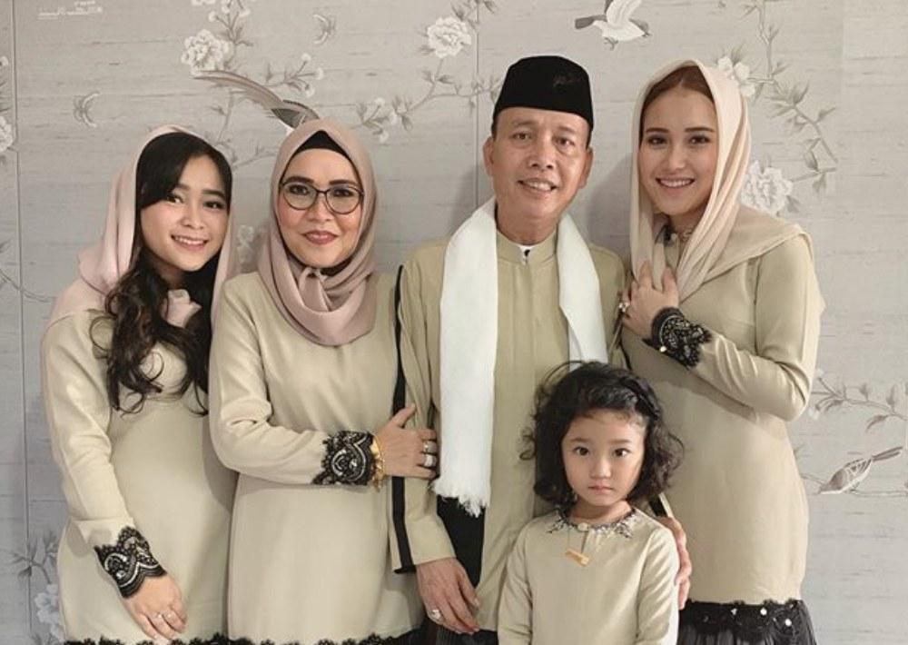 Model Gaya Baju Lebaran Gdd0 Gaya Baju Lebaran Mewah Dan Mahal Para Artis Indonesia