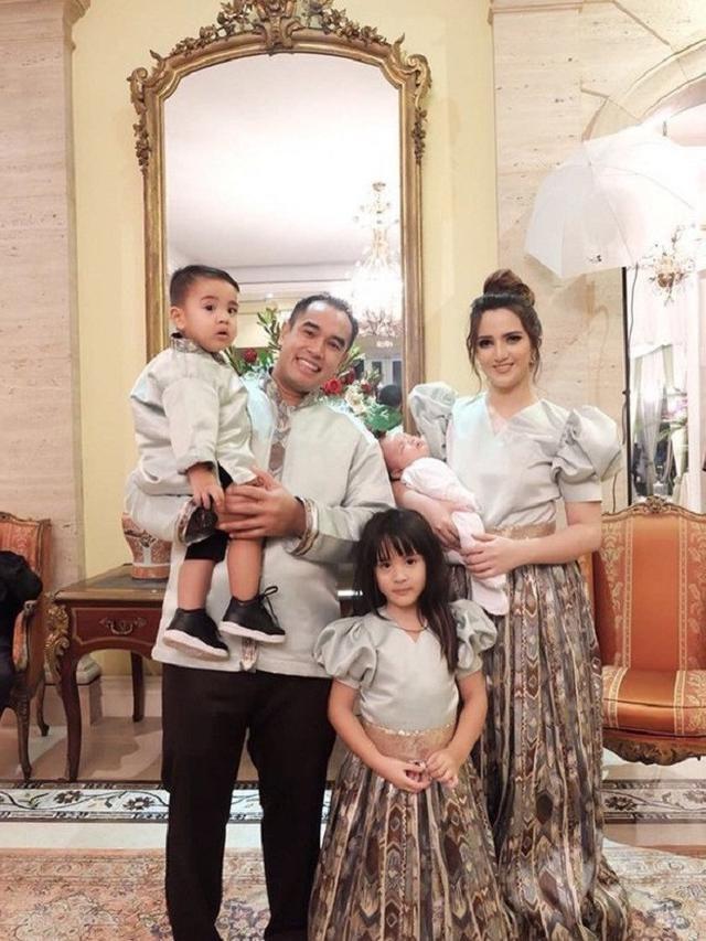 Model Inspirasi Baju Lebaran Keluarga 2019 E9dx Keluarga Artis Yang Kompak Saat Pakai Baju Lebaran Bisa