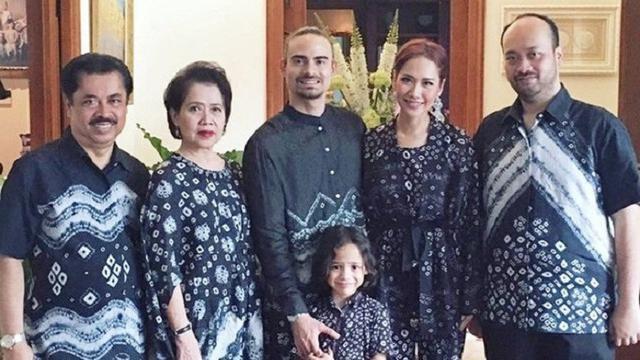 Model Inspirasi Baju Lebaran Keluarga Dwdk Keluarga Artis Yang Kompak Saat Pakai Baju Lebaran Bisa