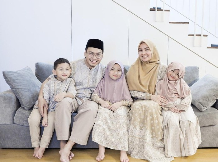 Model Inspirasi Baju Lebaran Keluarga Ffdn 10 Ide Baju Sarimbit Kompakan Dengan Keluarga Saat Lebaran