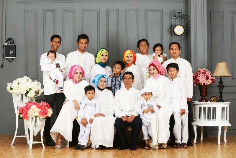Model Inspirasi Baju Lebaran Keluarga O2d5 Contoh Foto Studio Keluarga Besar Detil Gambar Line
