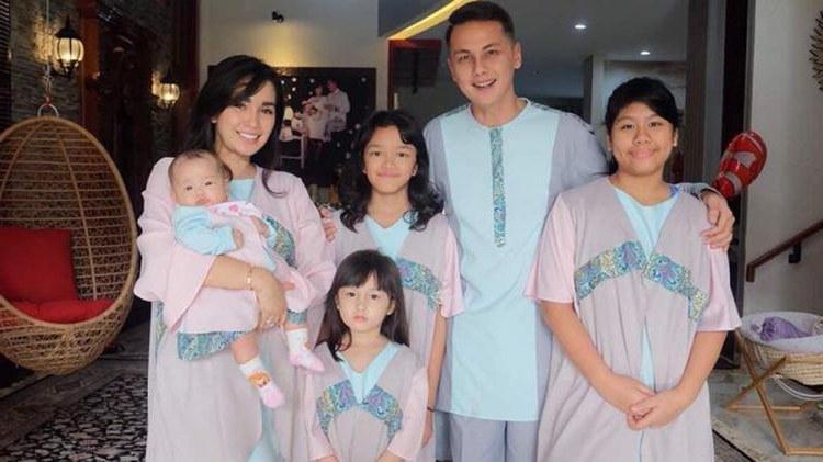 Model Inspirasi Baju Lebaran Keluarga Xtd6 Keluarga Artis Yang Kompak Saat Pakai Baju Lebaran Bisa