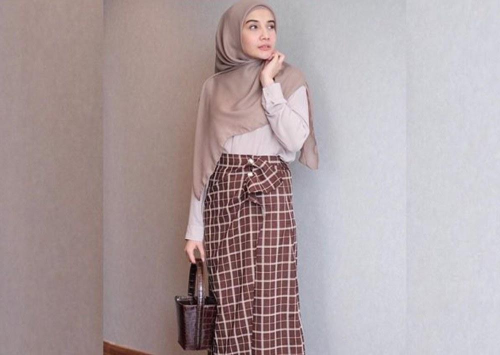 Model Tulisan Baju Lebaran Gdd0 Inspirasi Outfit Baju Lebaran Murmer Versi Artis Tanah Air